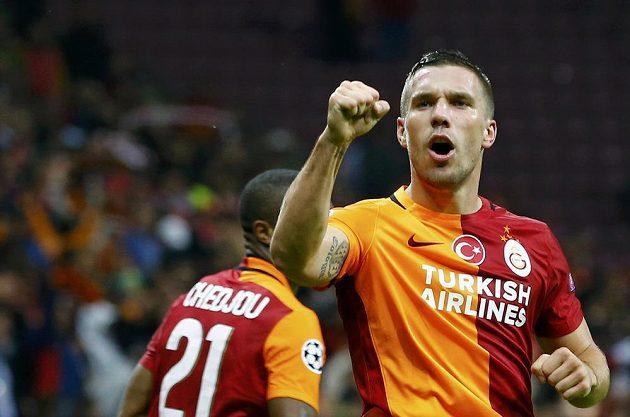Lukas Podolski z Galatasaraye Istanbul se raduje z gólu, který vstřelil Benfice Lisabon.