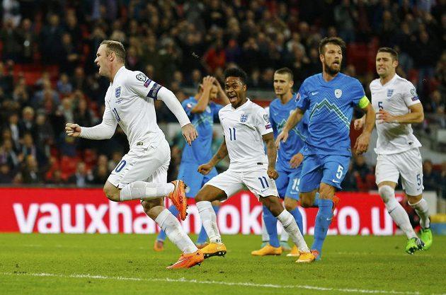 Kapitán anglické reprezentace Wayne Rooney (vlevo) se raduje z proměněné penalty v kvalifikaci o postup na ME 2016 proti Slovinsku.