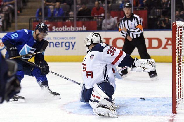 Marian Gáborik z Výběru Evropy střílí gól týmu USA při Světovém poháru, brankář Jonathan Quick nedokázal zastavit slovenského hráče.
