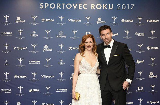 Gabriela Koukalová s manželem Petrem při příchodu na slavnostní večer.
