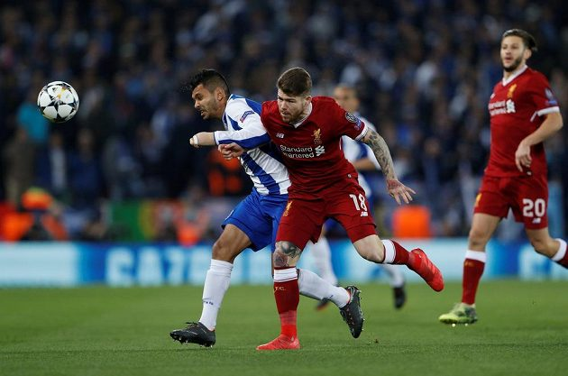 Liverpoolský Alberto Moreno svádí souboj o míč s Jesusem Coronou během utkání Ligy mistrů.