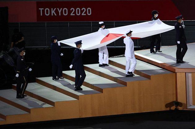 Slavnostní pochod s japonskou vlajkou během zahajovacího ceremoniálu LOH 2021 v Tokiu.