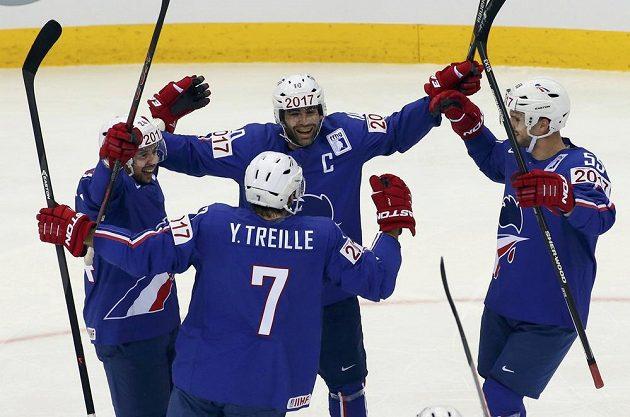 Francouz Julien Desrosiers (vlevo) slaví gól proti české reprezentaci.