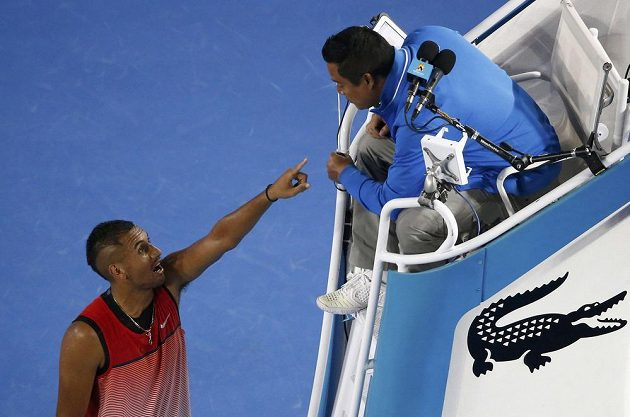 Australský tenista Nick Kyrgios při výměněn názorů s rozhodčím Jamesem Keothavongem během duelu s Tomášem Berdychem.