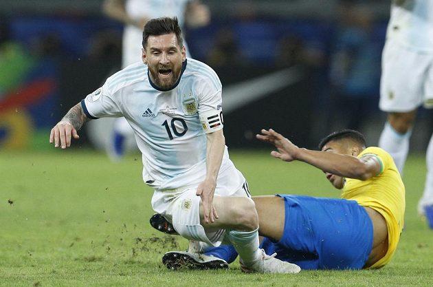 Argentinský fotbalový reprezentant Lionel Messi padá po souboji s Brazilcem Casemirem.