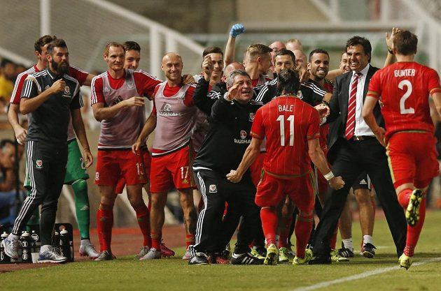 Jsi náš hrdina! Gareth Bale a jeho Wales slaví rozhodující gól na Kypru.