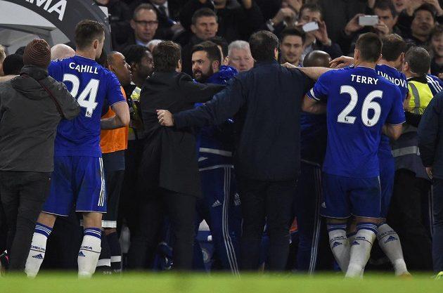 Divoké chvíle po zápase Chelsea - Tottenham. Do strkanice se pustil kouč Kohoutů Mauricio Pochettino.