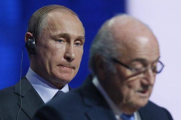 Ruský prezident Vladimir Putin (vlevo) a prezident FIFA Sepp Blatter během losování MS ve fotbale 2018 v ruském Petrohradu.