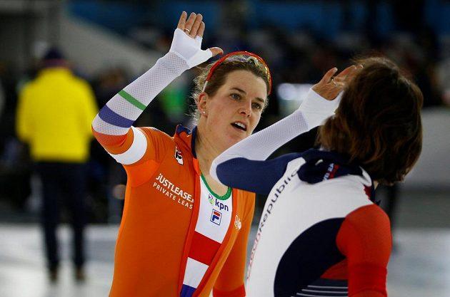 Symbolické předávání žezla. Česká obhájkyně titulu Martina Sáblíková (vpravo) gratuluje k triumfu Ireen Wüstové z Nizozemska.