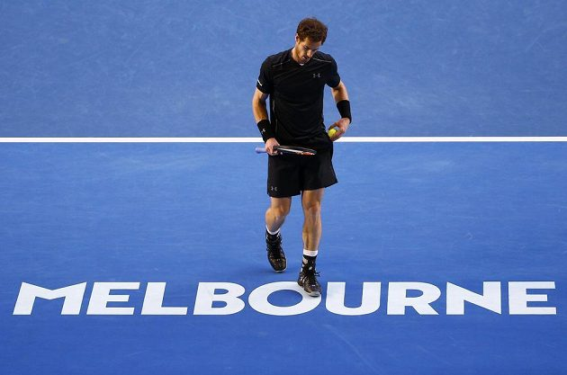 Britský tenista Andy Murray se připravuje na podání ve finále mužské dvouhry na letošním Australian Open.