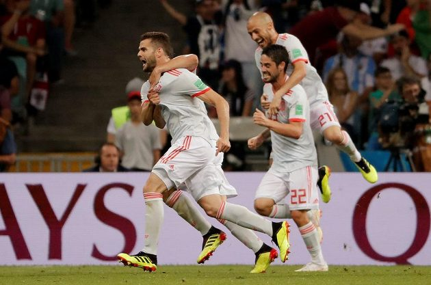 Španělský fotbalista Nacho slaví. Na mistrovství světa dal parádní gól Portugalsku. Spoluhráči se ho snaží dohnat, aby s ním trefu oslavili.