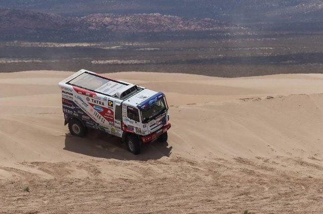 Martin Kolomý projíždí dunovým polem při čtvrté etapě Rallye Dakar.