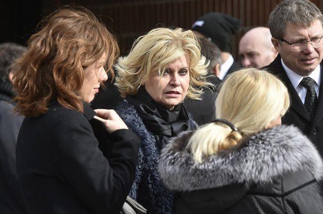 Zhruba pět stovek lidí se přišlo v Jihlavě rozloučit s hokejovou legendou Josefem Augustou. Na snímku je uprostřed Liběna Hlinková.