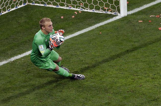 Nizozemský brankář Jasper Cillessen chytá míč po přímém kopu Lionela Messiho.