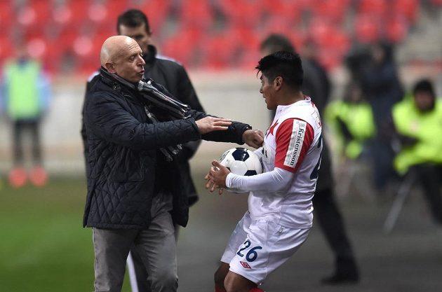 Trenér Mladé Boleslavi Karel Jarolím měl ze záložníkem Slavie Aldem Baézem během zápasu konflikt.