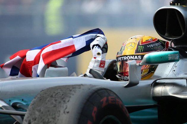 Zátiší s šampiónem... Lewis Hamilton získal čtvrtý titul mistra světa.