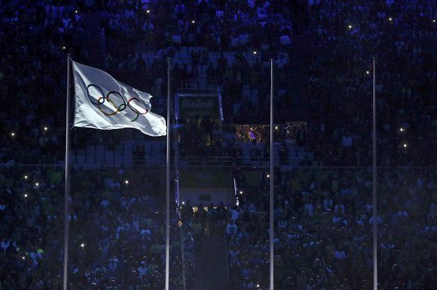 Olympijská vlajka při slavnostním zakončení OH v Riu.