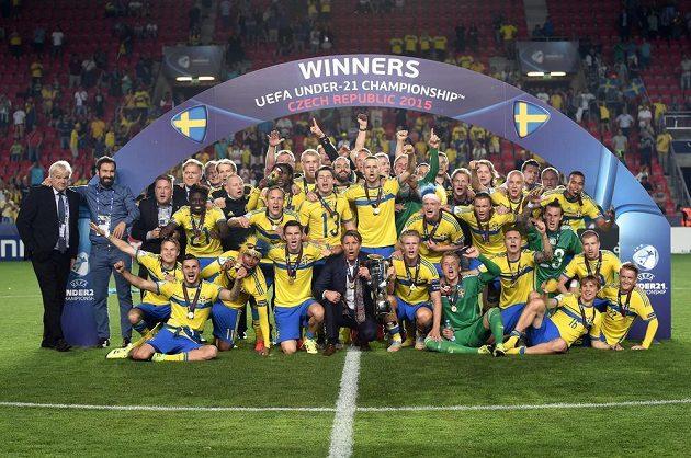 Fotbalová reprezentace Švédska do 21 let slaví v pražském Edenu titul mistrů Evropy.