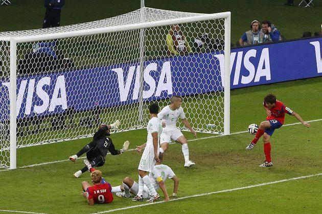 Korejec Ku Ča-čchol (zcela vpravo) střílí gól do sítě Alžírska.