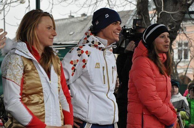 Čeští olympionici snowboardistka Eva Samková (vpravo), biatlonista Michal Krčmář a běžkyně Karolína Grohová ve Vrchlabí.