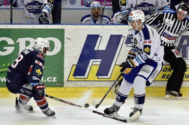 Chomutovský útočník Jakub Sklenář (vlevo) a Vlastimil Dostálek z Brna ve čtvrtém utkání předkola play off extraligy.