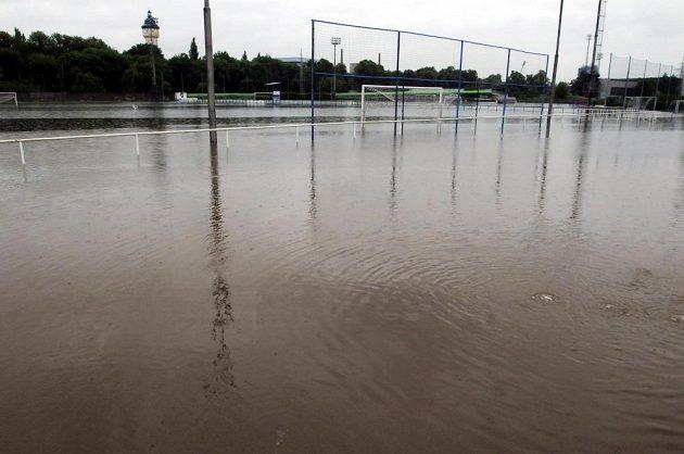Zatopené tréninkové hřiště fotbalové Viktorie v Plzni - Roudné.