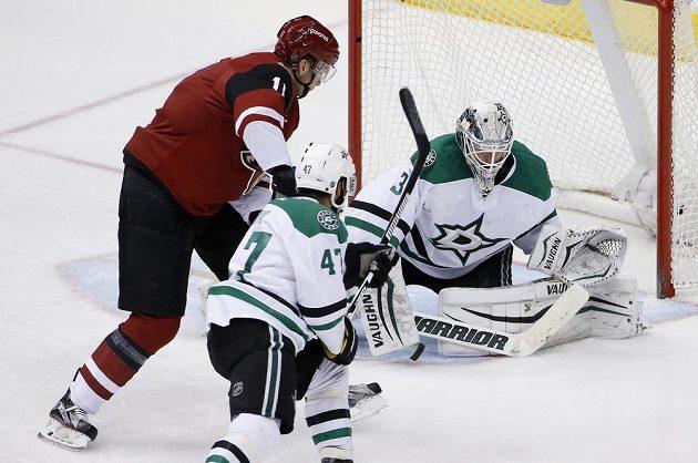 Martin Hanzal překonává finského brankáře Anttiho Niemiho, obránce Dallasu Johnny Oduya už rovněž nestačil zasáhnout.