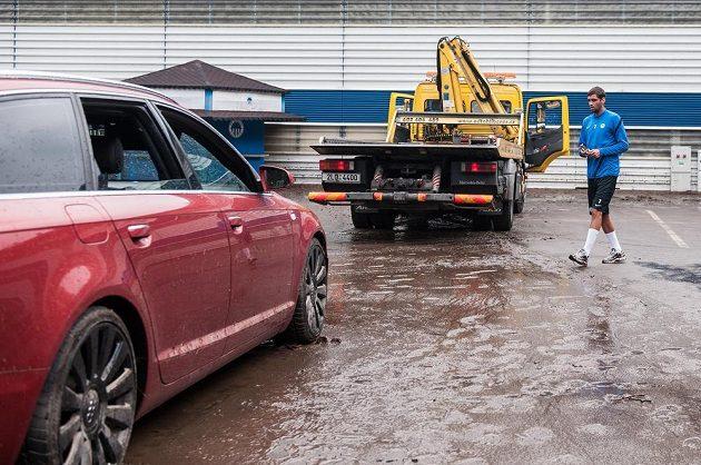 Luboš Hušek u svého zatopeného automobilu.