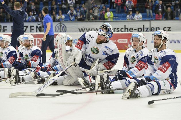 Brněnští hokejisté slaví se svými fanoušky postup do finále.
