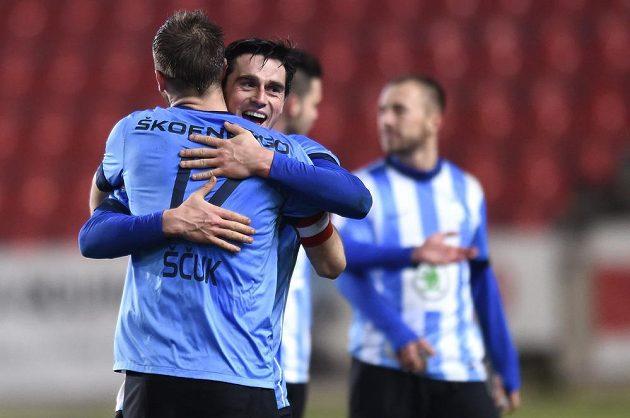 Fotbalisté Mladé Boleslavi Jasmin Ščuk a Kamil Vacek se radují po vítězství nad Slavií.