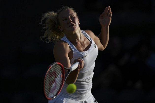 Česká tenistka Kateřina Siniaková v zápase s Polkou Agnieszkou Radwaňskou.