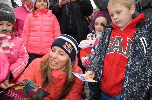 Snowboardistka Eva Samková se ve Vrchlabí podepisuje fanouškům.