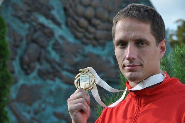 Český oštěpař Vítězslav Veselý ukazuje zlatou medaili z mistrovství světa.