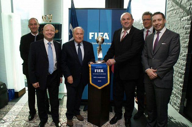 Účastníci jednání FIFA a FAČR (zleva): Jaime Yarza, Petr Fousek, Sepp Blatter, Miroslav Pelta, Jerome Valcke, Dušan Svoboda.