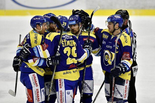 Hokejisté Zlína se radují z gólu v dohrávce 25. kola extraligy, kde je jejich soupeřem tým Piráti Chomutov.