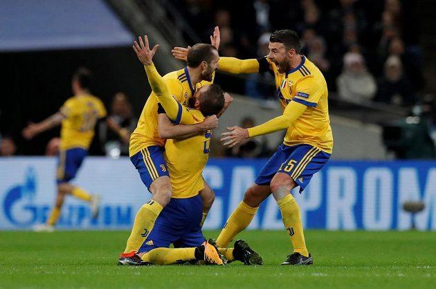 Fotbalisté Juventusu oslavují gól proti Tottenhamu v odvetě osmifinále Ligy mistrů.