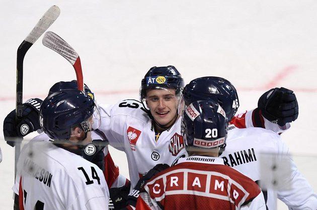 Český útočník Jakub Vrána (uprostřed) oslavuje se spoluhráči z Linköpingu vedoucí gól během osmifinálového utkání Ligy mistrů na ledě Sparty.