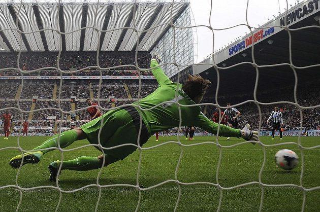Liverpoolský Steven Gerrard střílí brankáři Newcastlu Krulovi z penalty svůj 100. gól v Premier League.