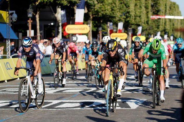 Poslední etapu cyklistické Tour de France s cílem v Paříži vyhrál Belgičan Wout van Aert.
