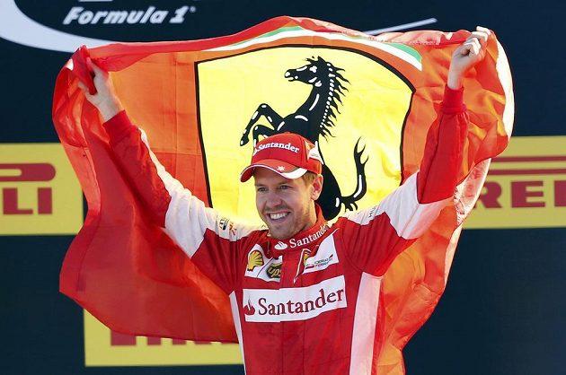 Druhý Sebastian Vettel s vlajkou stáje Ferrari.