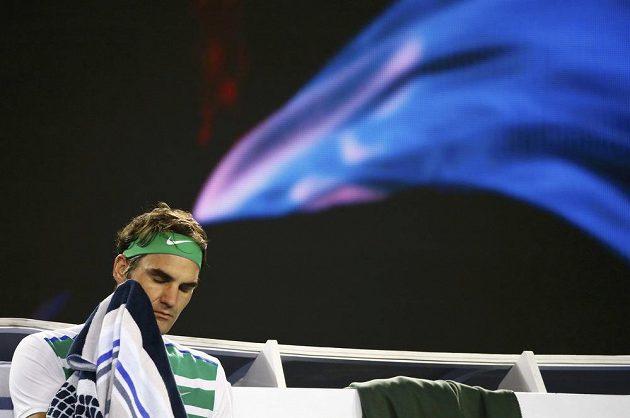 Švýcar Roger Federer během semifinálového zápasu Australian Open se Srbem Novakem Djokovičem.