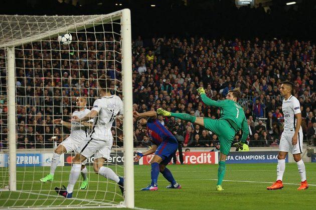 Barcelonský Luis Suárez otevírá skóre odvety proti PSG.