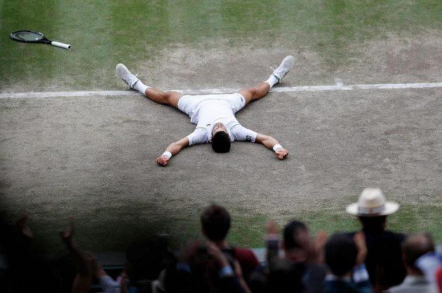 Novak Djokovič po proměněném mečbolu ve finále Wimbledonu.
