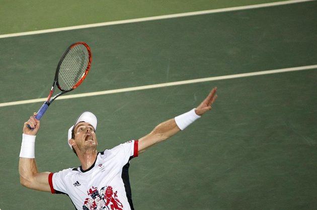 Brit Andy Murray podává ve finále singla na olympiádě v Riu.