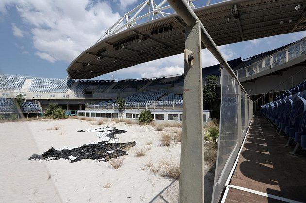 Zdevastovaný stadión, který v roce 2004 hostil olympijský turnaj v beachvolejbalu.