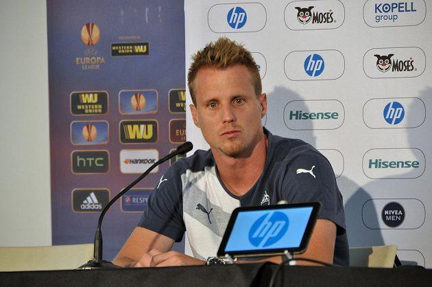 Kapitán Viktorie Plzeň David Limberský v Tel Avivu na tiskové konferenci před zápasem 3. předkola fotbalové Ligy mistrů.