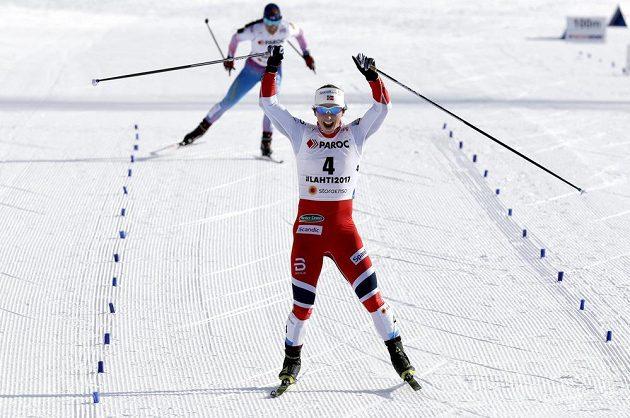 Norská běžkyně na lyžích Marit Björgenová se raduje ze zisku rekordní 15. zlaté medaile z MS ve skiatlonu.