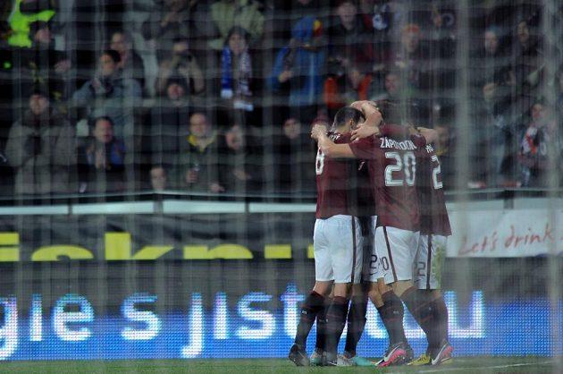 Fotbalisté Sparty se radují z branky, kterou vstřelil David Lafata do plzeňské sítě.