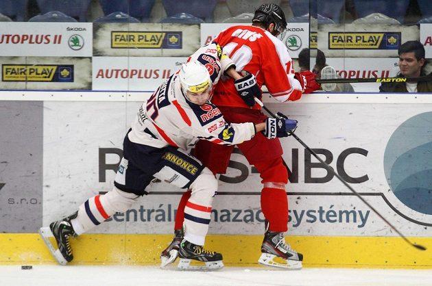 V souboji (zleva) chomutovský Jan Rutta a Richard Diviš z Olomouce.