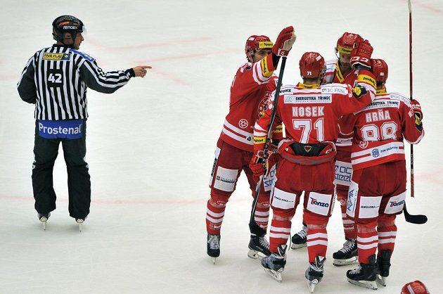 Třinečtí hokejisté se radují z gólu proti Hradci Králové.